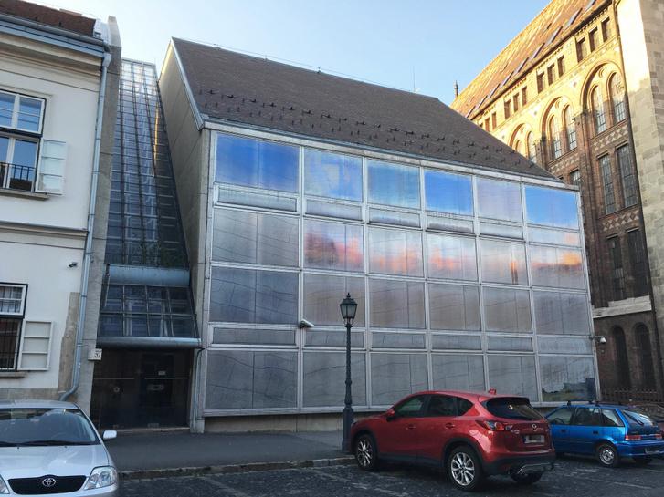 Az 1974 és 1979 között épült Teherelosztó népszerűtlenségéhez jelentősen hozzájárult, hogy az épület méltatlan állapotba került, az utólag lefóliázott üveghomlokzatok például nem az eredeti tervezői szándékot tükrözték.