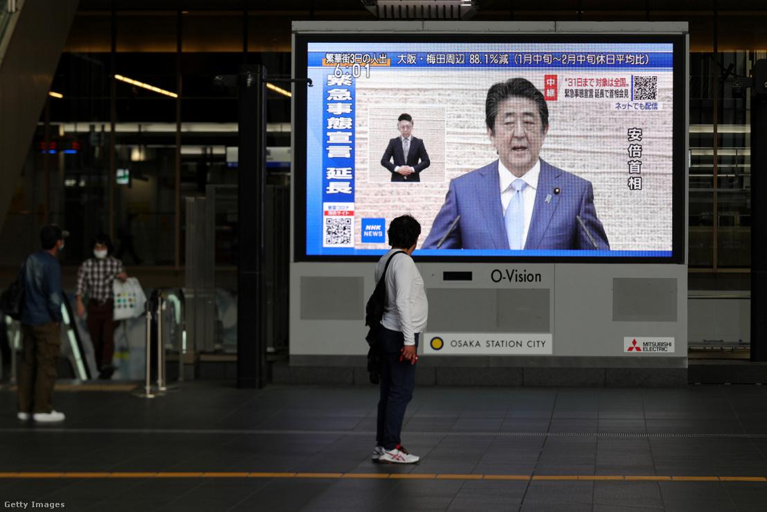 Abe Shinzo japán miniszterelnök sajtótájékoztatójának közvetítése 2020. árpilis 7-én, amelyben bejelenti, hogy a veszélyhelyzet meghosszabbodik Japánban.