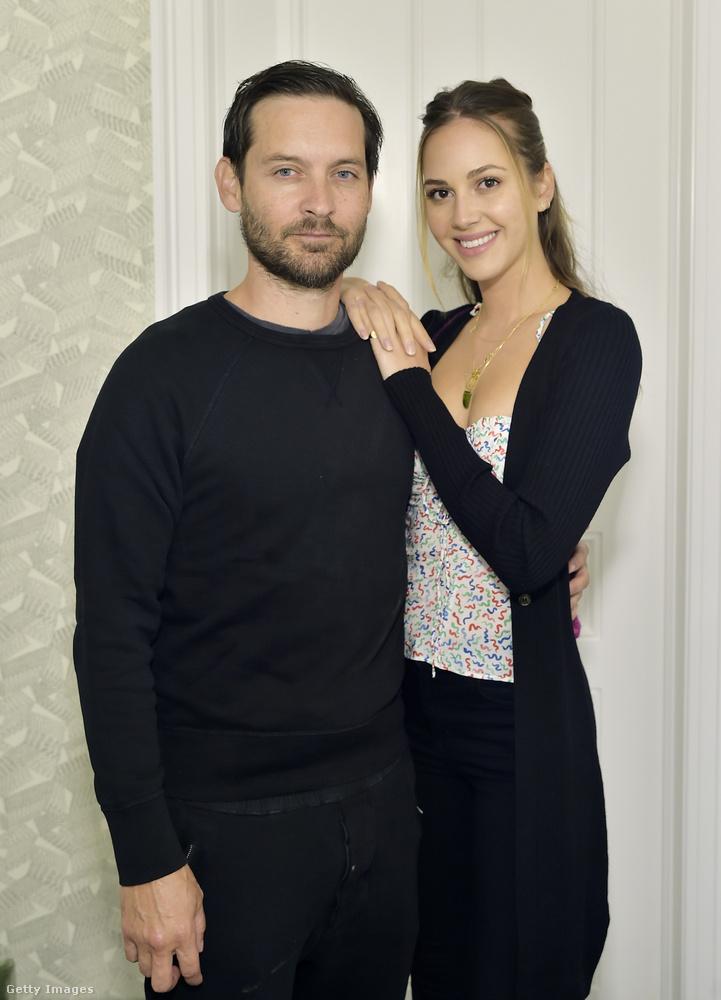A US Weekly úgy tudja, hogy a korkülönbség egyébként senkit nem zavar: mind Maguire gyerekei, mind exfelesége teljesen jól kijönnek az új barátnővel.