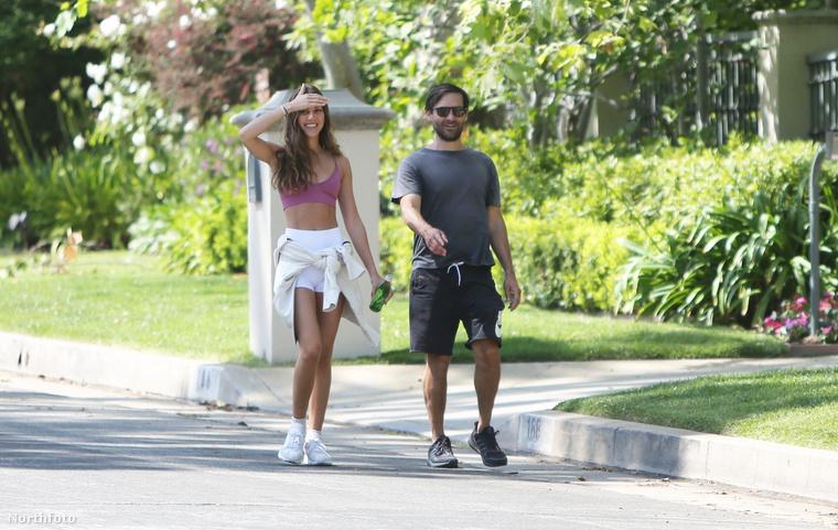 Ezen a képen Tobey Maguire és barátnője érkezik az utca túloldalán