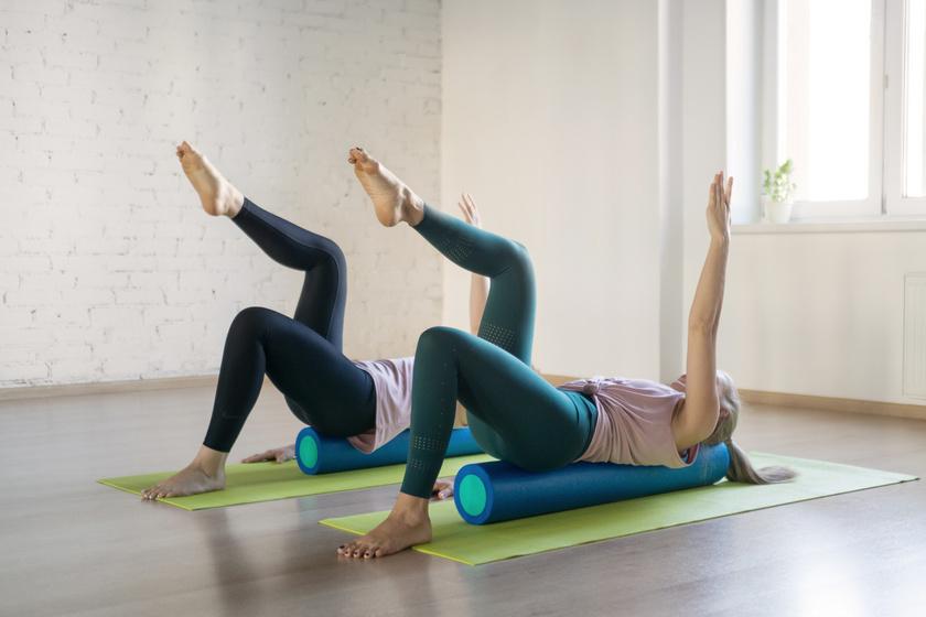 Helyezkedj el a hengeren úgy, hogy a gerinced kövesse annak vonalát! Miután stabilnak érzed a pózt, merőlegesen kinyújtott lábbal végezz emeléseket az egyik, majd másik oldalra!