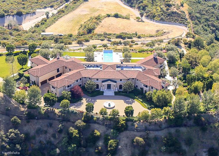 Meghan Markle és Harry herceg év elején jelentette be, hogy függetlenedik a királyi családól, át is tették a székhelyüket Amerikába, de úgy tűnik, az igényeiket kielégítő házat csak most találták meg, noha korábban Mel Gibson egykori ingatlanját is megtekintették