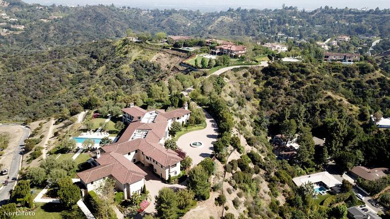 Ezen a kicsit távolabbról készült képen láthatja, milyen lankás dombok veszik körbe a házat, na megy egy forgalmasnak tűnő út is húzódik a ház előtt, amit a fotó bal oldalán láthat, vagyis tény és való: több irányból is beláthatnak a házba
