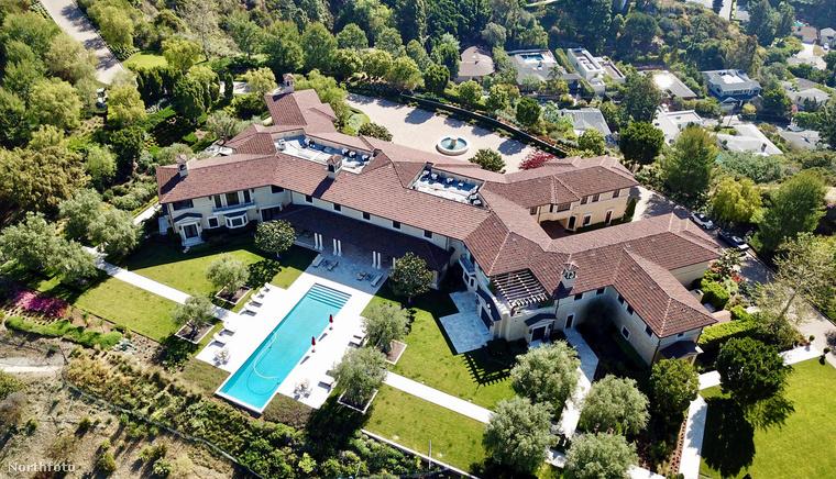 Mindenesetre elnézve a hatalmas ingatlant, a medencét és a nagy zöld keretet, talán valahogy csak túlvészelik az itt eltöltött időt