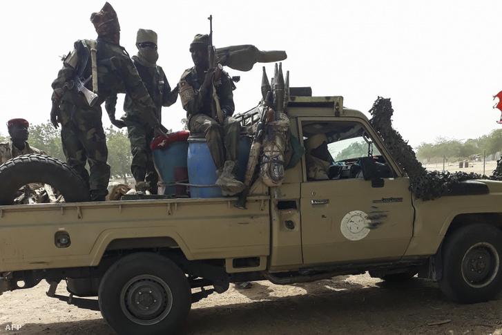 Csád hadsereg tagjai N'Djamena-tól 25 km-re 2020. január 3-án, akik a Boko Haram ellen harcolnak