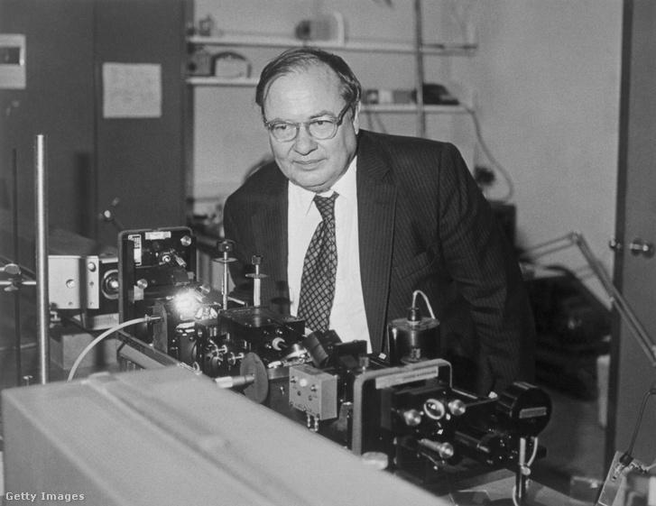 A Nobel-díjas Arthur L. Schawlow a CR-699 lézerrel a Stanford laboratóriumban 1981-ben.