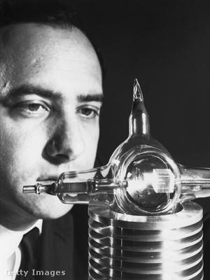 Dr. Theodore Maiman, a Hughes Kutatóintézetben a rubint vizsgálja. 1960, New York.