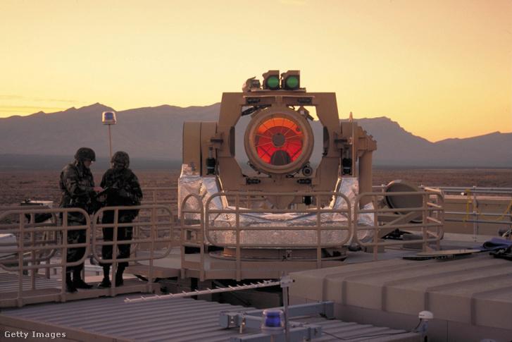 Egy taktikai nagy energiatartalmú lézer (THEL) sugárirányító eleme 2002. november 4-én a San Francisco-i White Sands-ben.