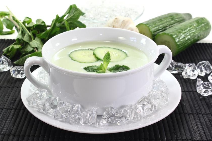 Sokan nem tudják, de isteni leves készíthető uborkából, amit a fokhagyma és a joghurt tesz még finomabbá. Ez utóbbi helyett növényi joghurt ajánlott azoknak, akik laktózérzékenyek.