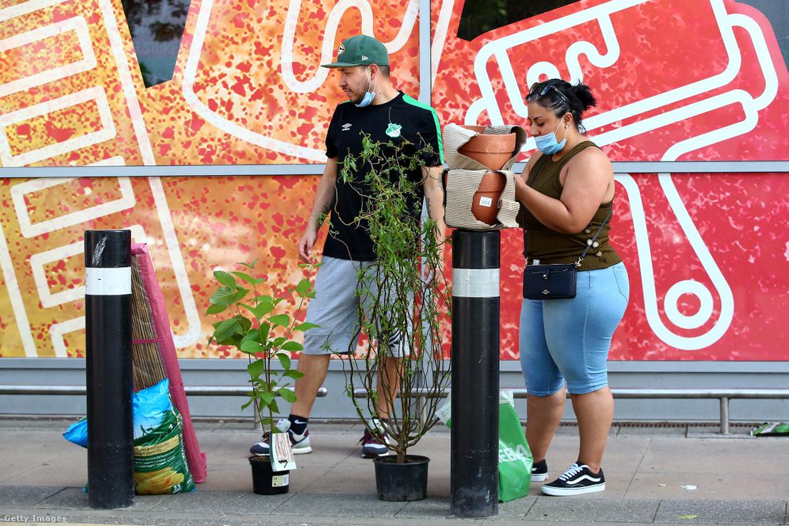 Vásárlók egy londoni kertészeti üzlet előtt 2020 májusában