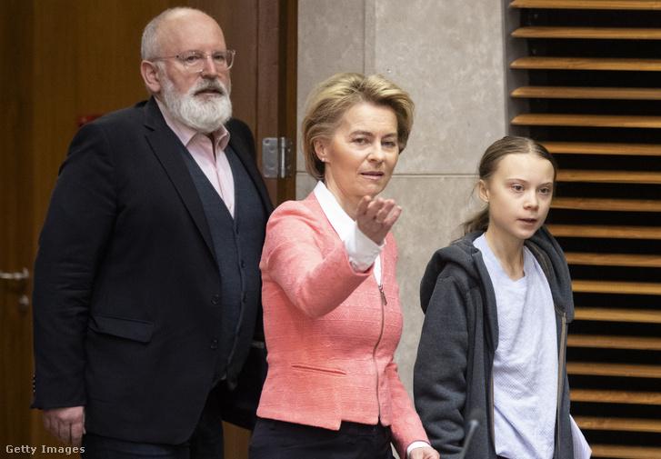 Ursula von der Leyen bizottsági elnök és Frans TimmermansEurópai Bizottság alelnöke érkeznek Greta Thunberg klímaügyi aktivistávalEuropean Green Deal brüsszeli megbeszélésére 2020. március 4-én