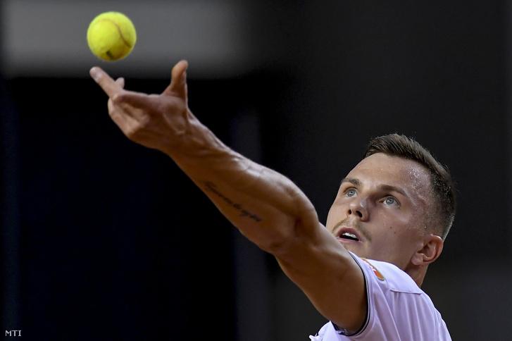 Fucsovics Márton játszik a belga Kimmer Coppejans ellen a Magyarország-Belgium tenisz Davis Kupa-selejtezőjének egyéni mérkőzésén a debreceni Főnix Csarnokban 2020. március 6-án.