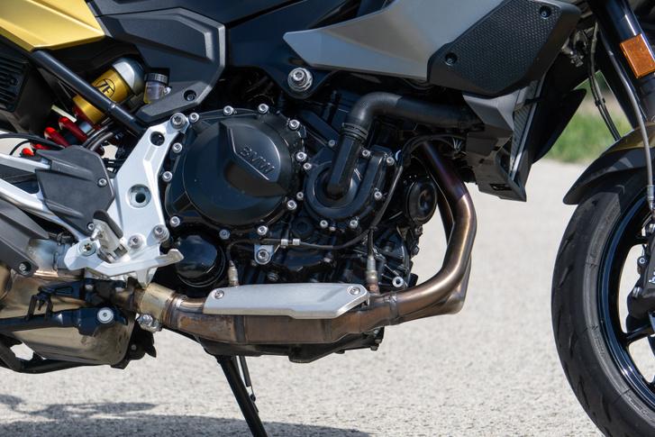 895 köbcenti és 105 lóerő - a nyomaték nem változott, az továbbra is 92 Nm, csak az XR egy hajszálnyival magasabb fordulaton adja le, mint a GS