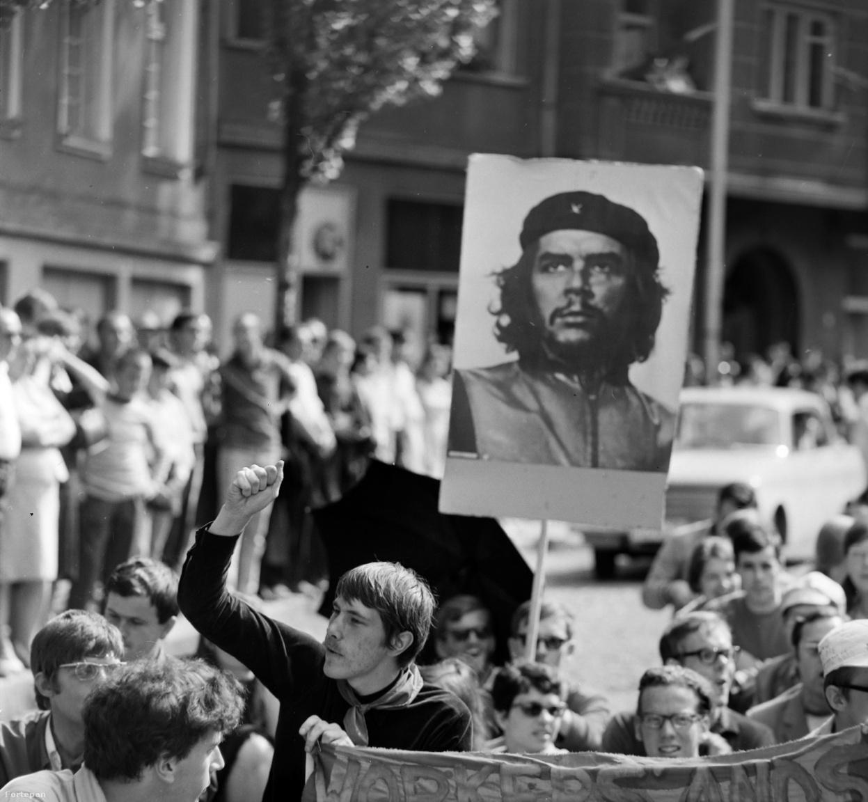 """""""A feltűnés keresésben talán a hollandok járnak az élen. Már az első nap nagy szenzáció volt különös koreográfiájú felvonulásuk. Tarkabarka külsejű csoportjukból magasra emelkedik Che Guevara képe. Esernyőre, transzparensre és ruháikra festett jelszavaikkal letelepszenek a kövezetre. Munkás és diák önigazgatást követelnek, és semmivel a világon nincsenek megelégedve"""" - írta a kádári konszolidáció kispolgári fejcsóválásával a magyar sajtó."""
