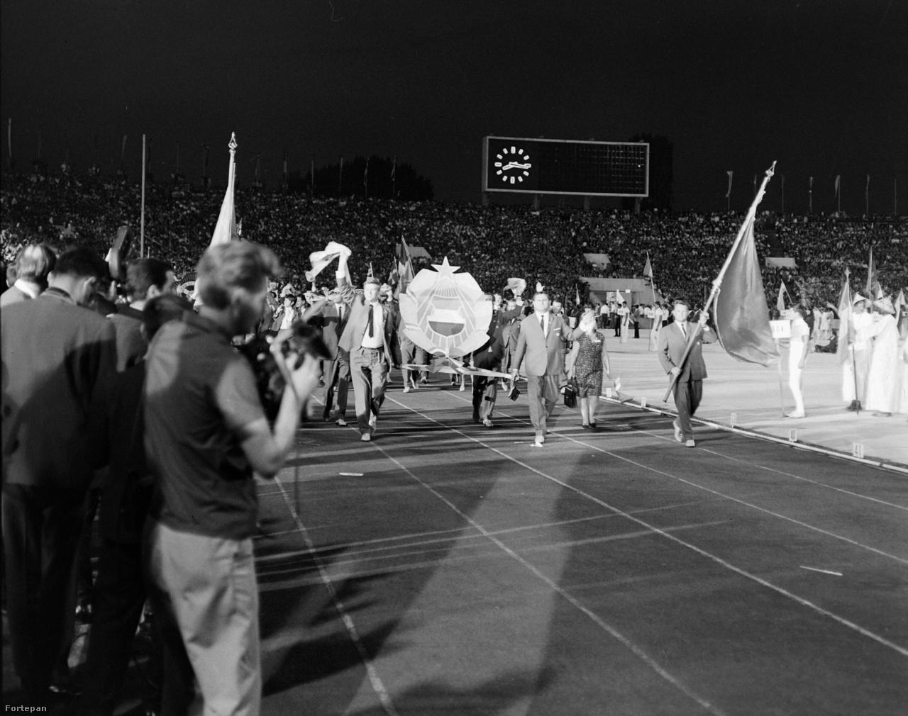 """A magyar küldöttség a KISZ korifeusaival a Levszki-stadionban. A békét hirdető Világifjúsági Találkozó augusztus 6-án ért véget, a záróünnepségekről beszámoló magyar újságban néhány oldallal később a MÁVAUT reklámja szerepelt: """"Új autóbuszjárat indul Csehszlovákiába. Krasznahorkára, Rimaszombatra, Tapolcsányra, Nyitrára."""" A civil buszok már nem indulhattak el: nem egész két hét múlva a Magyar Néphadsereg is átlépte a határt, hogy katonai megszállással számoljanak le az emberarcú demokratikus szocializmus eszményével. 1968 utópiája ismét véglegesen elillant."""