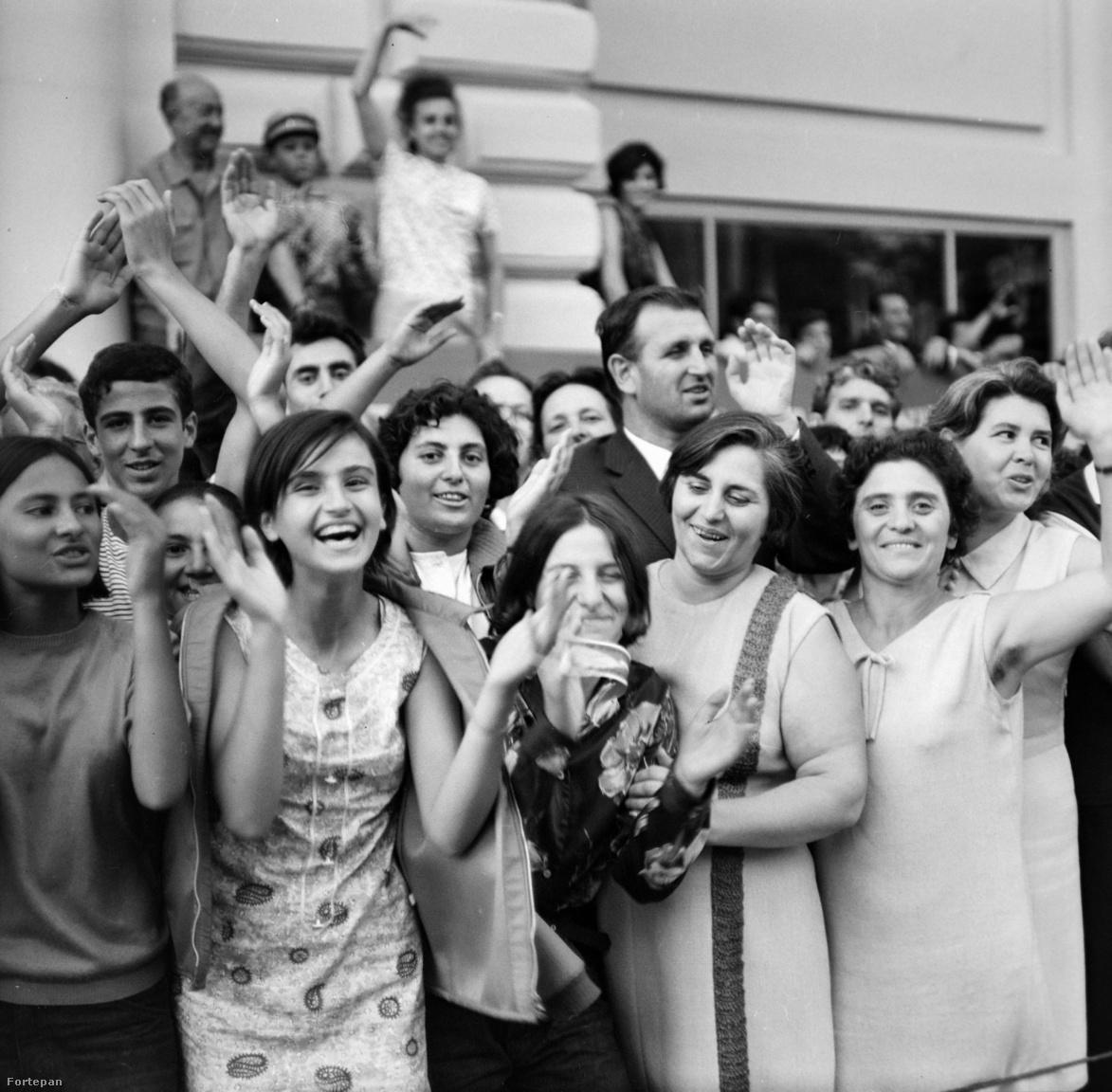 """""""Bulgária már elérte az érett szocialista társadalom építésének szakaszát"""", jöhet az államfejlődés következő szintje - állapította meg a VIT előtt megtartott párkongresszuson                         Zsivkov elvtárs, a nagyjából örökös bolgár pártfőtitkár. A szófiai helyszín szovjet szempontól teljesen biztonsági választás volt, itt nem kellett tartani olyan helyi provokációktól, mint amik a korábbi Világifjúsági Találkozókón például Bécsben vagy Helsinkiben történtek."""