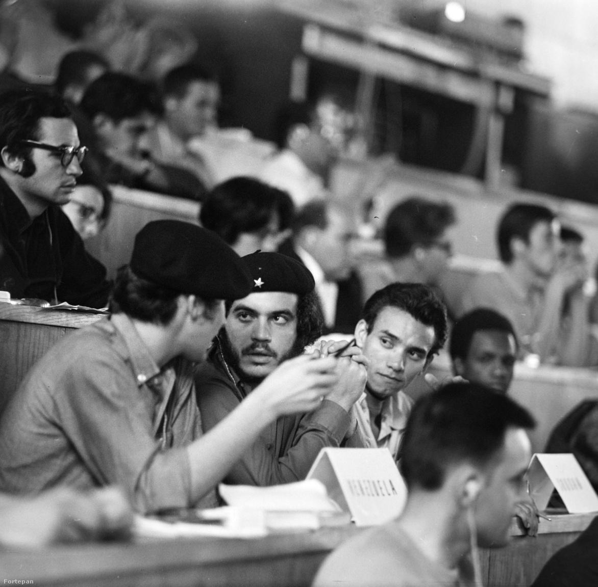Che Guevara-imitátor a venezuelai küldöttségben valamelyik politikai vitán. Fura dinamikája lehetett ezeknek a spontánnak beállított, de valójában elég féloldalas témázásoknak: miközben a nyugati világ 1968-as vitalázban égett és csak beszélt és beszélt, a kelet-európai küldötteket a VIT előtt politikai szemináriumokon készítették fel, hogy mit szabad és mit nem szabad mondaniuk. Ebből a visszamlékezések szerint a nyugatiak eleinte nem sokat értettek.Ők nyílt vitákat szerettek volna folytatni olyan tabutémákrólis,mint az államszocialista rendszer mibenléte, és mint személyes állásfoglalásokkal vitatkoztak a keleti résztvevők előzetesen jóváhagyott vonalas szövegeivel - az újbaloldal találkozott az államszocialista újbeszéddel és nembeszélünkkel.