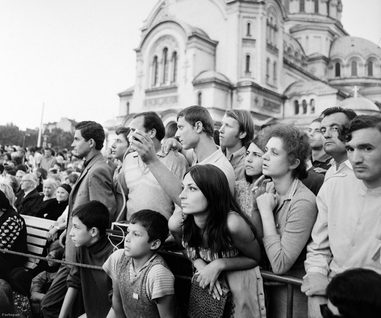 """Nézők a Szófia központjában lévő Alekszandr Nyevszkij székesegyház előtt. 18 ezer külföldi vendég jött a bolgár fővárosba. A helyiek többnyire kordon mögé kényszerültek: miközben a VIT hivatalosan a népek barátságáról szólt, a szovjet blokkon belül is keményvonalasnak számító Bulgáriában a hatalom egy ilyen baloldali eseményen is tartott a külföldi behatástól. """"Legyetek kedvesek, udvariasak és segítőkészek, de ne bocsátkozzatok semmilyen politikai beszélgetésbe"""" - igazította a segítőként dolgozó középiskolákat a vezetés."""