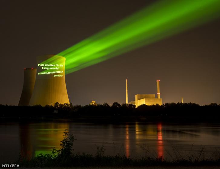 """A Greenpeace környezetvédő szervezet aktivistái a """"Csináljatok helyet az energiafordulatnak"""" jelentésű feliratot vetítették a philippsburgi atomerőmű egyik hűtőtornyára 2020. május 13-án, egy nappal a tornyok lebontása előtt."""
