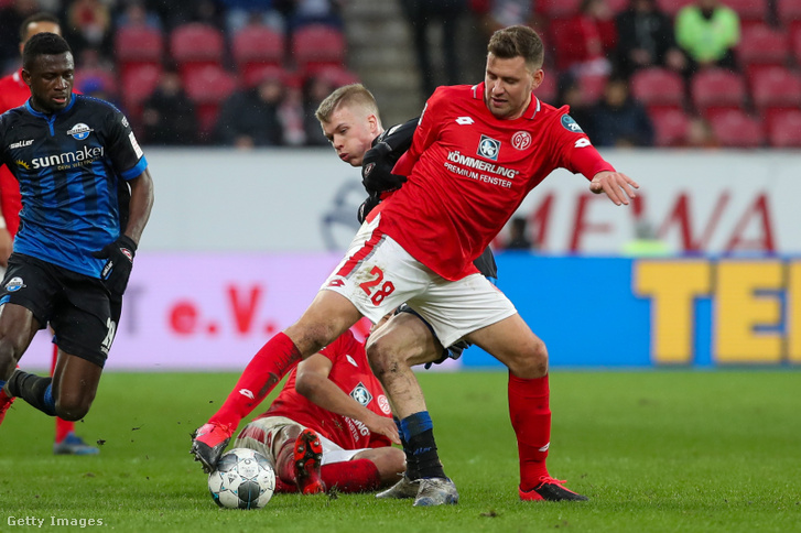 Szalai Ádám (jobbra) küzd Samúel Fridjónssonnel a Padeborn - Mainz mérkőzésen 2020. február 29-én