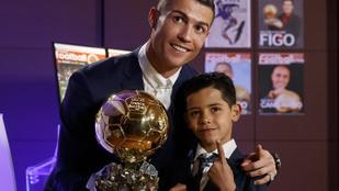 Cristiano Ronaldo kisfiával együtt edz a karantén idején