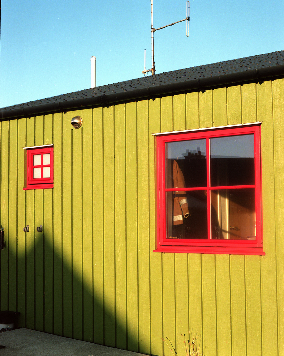 A Fair-szigeten nincsen kocsma, étterem vagy mozi, nem az a hely, ahová szórakozni járnak az emberek. Az sem magától értetődő, hogy mindentől távol emberek élnek itt, az 1900-as évek elején például több mint 400 lakosa volt a szigetnek. Egy kisiskola még működik, nagyjából öt tanulója van, de a gyerekek 11 éves koruktól Shetlandra, a lerwicki bentlakásos iskolába kerülnek, és nem biztos, hogy visszatérnek Fairre, ahol az elemeknek kitéve, folyamatosan keményen kell dolgozni a fennmaradásért.