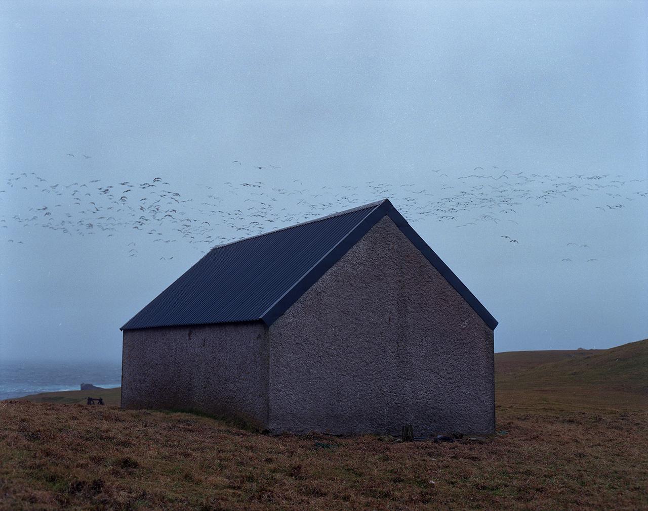 A fotókat nézve olykor az az érzésünk lehet, hogy a Fair-szigeten megállt az idő, pedig a folytonos innováció terepe is. Különleges földrajzi helyzete miatt mindig is kapocs volt a szárazföld és Shetland között, ezért telepítettek ide rádiójeladókat, majd a második világháborúban radarállomást is.
