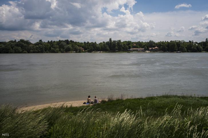 Duna partja a Szentendrei-szigetnél, a Szigetmonostorhoz tartozó Horánynál