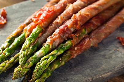 Ropogós baconbe tekert fűszeres spárga: látványos tavaszi köret