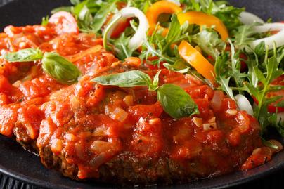 Szaftos, puha borjú paradicsomszószban – A pizzaiola a dél-olaszok gyors és laktató egytálétele