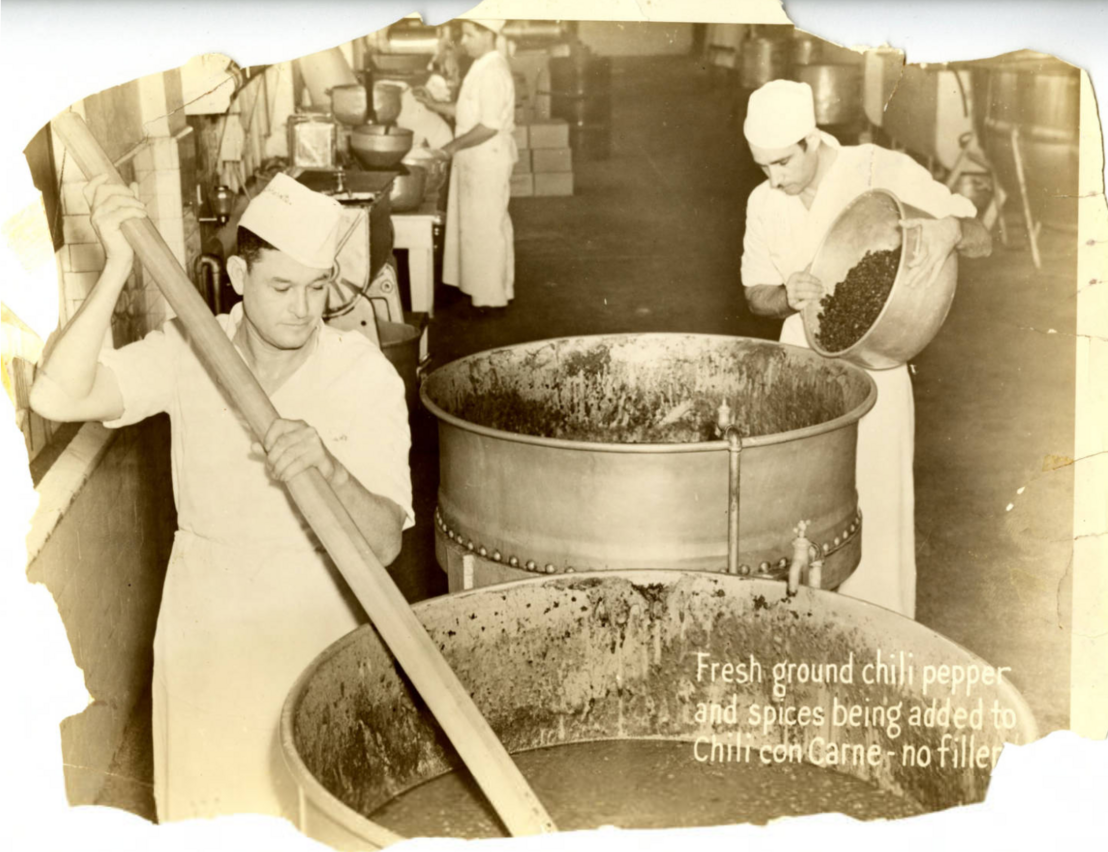 """A Gebhardt által alapított cég chili con carne reklámja 1930 körül, az alábbi szöveggel: """"Frissen őrölt chili és fűszerek kerülnek a chili con carnéba. Semmi töltelék!"""""""