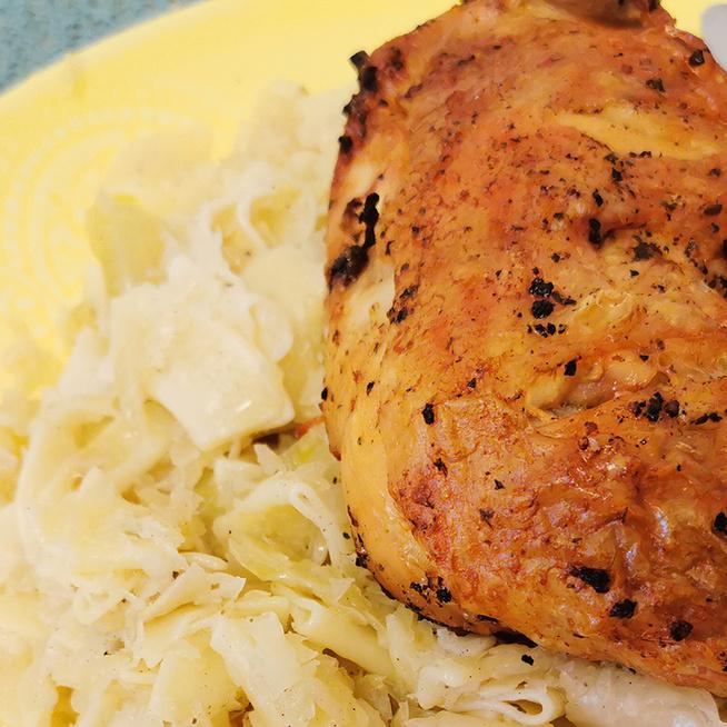 Kiadós és szaftos káposztás tészta a nagyi receptje szerint: csirkecombot sütött mellé