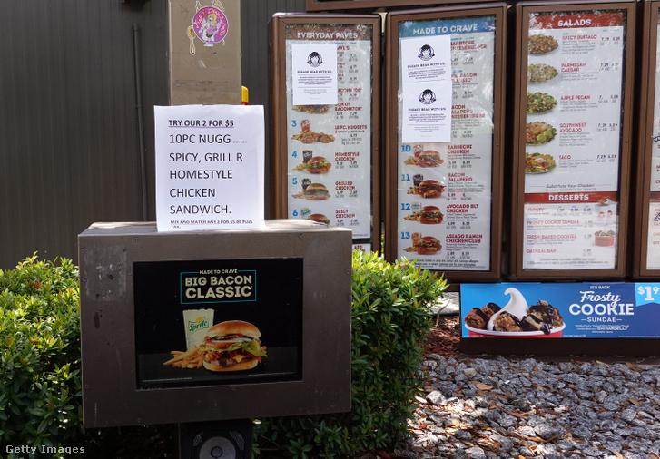 Cetlik, amelyeken csirkeétel fogyasztására kérik a vendégeket Wendys éttermében Miamiban 2020 május 6-án