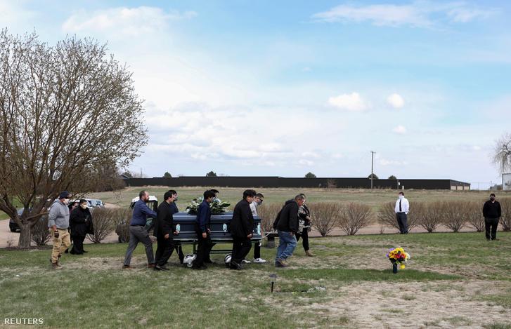 Egy koronavírus-fertőzés következtében elhunyt húsipari dolgozó Saul Sanchez temetése 2020. április 15-én a coloradoi Greeley-ben
