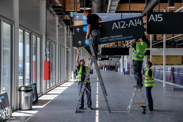 Alkalmazottak a ferihegyi repülőtér újranyitása előtti karbantartási munkákat végzik.