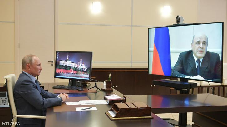 Vlagyimir Putyin Mihail Misusztyin orosz miniszterelnökkel tárgyal 2020. április 30-án.