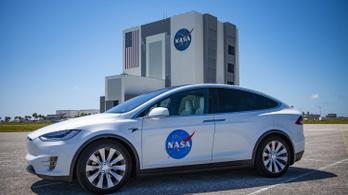 Tesla fuvarozza a Crew Dragon űrhajósait