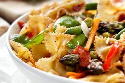 Színes tészta ropogós zöldségekkel megpakolva – Egészséges és gyors vacsora