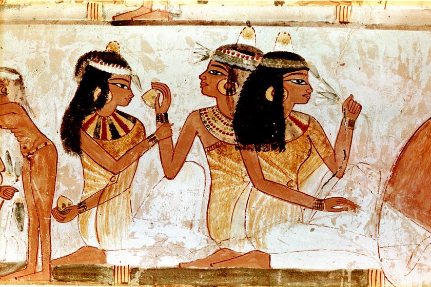 Egyiptomi nők illatos viasztölcsérrel a fejükön.