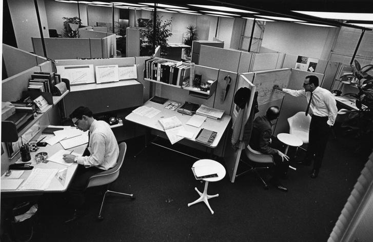 Az Action Office II óriási siker volt. Az egymással 120 fokos szöget bezáró munkaállomások megengedik a kommunikációt