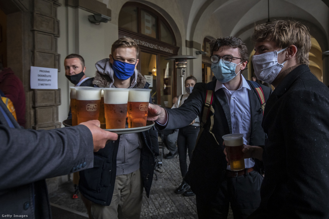 Vendégek egy nemrég újranyító prágai söröző teraszán 2020 május 11-én