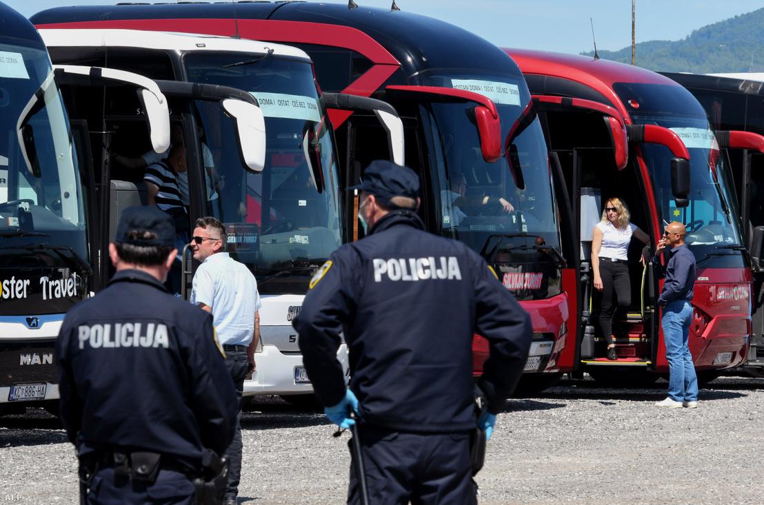 Turistabusz vezetők tüntetnek Zágrábban 2020. május 7-én, hogy felhívják a figyelmet a járvány következtében a szektort érő súlyos károkra.
