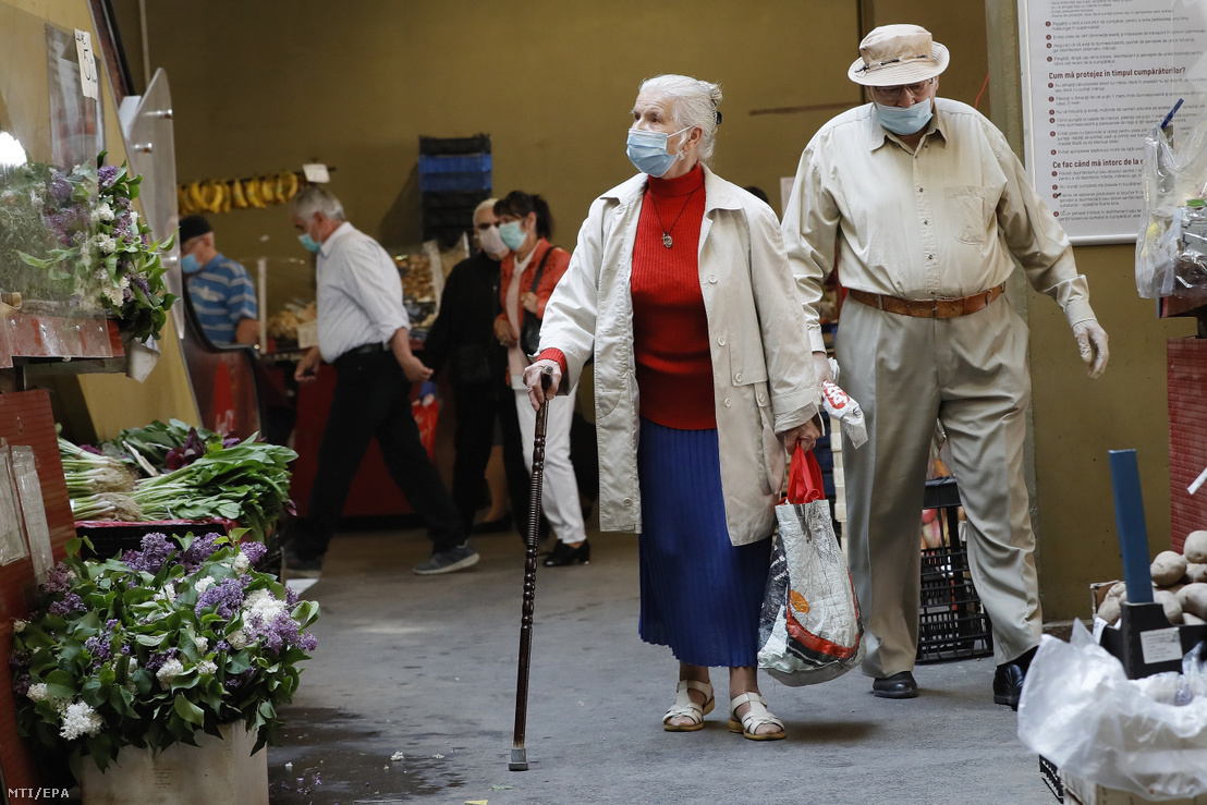 Védőmaszkot viselő idős pár egy bukaresti piacon. 2020. április 29-én a koronavírus-járvány idején.