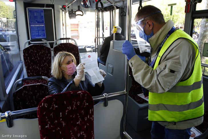 Egy szerb utas igazolást mutat arról, hogy munkahelyére való bejutása miatt jogosult használni a tömegközlekedést.