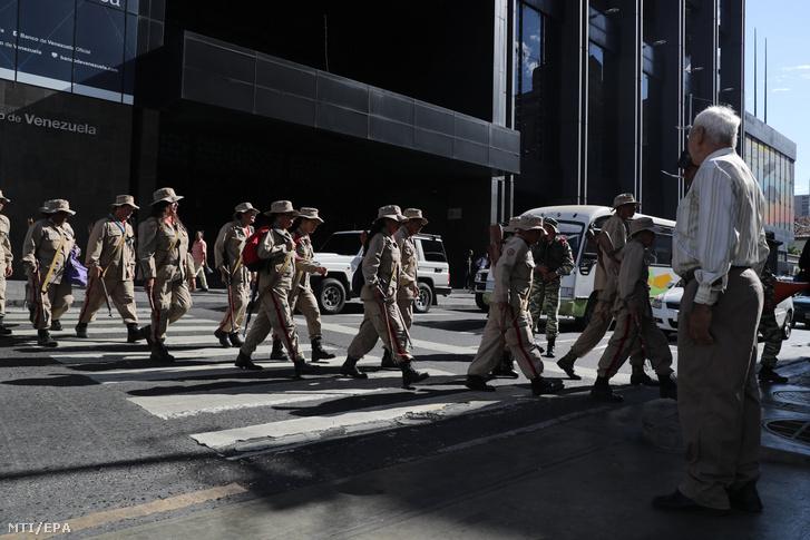 Venezuelai katonák gyakorlatoznak Caracasban 2020. február 15-én. Venezuela páncélozott és csapatszállító járműveket vont össze február 13-án a Kolumbiával szomszédos határon.
