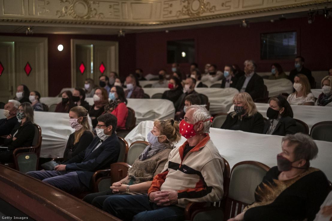 A szociális távolságtartás szabályait betartva megtöltött nézőtér egy csehországi színházi előadáson 2020 május 12-én