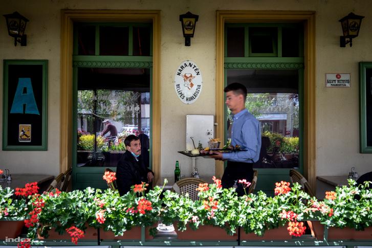 A bicskei Korona étterem terasza a korlátozások vidéki lazítása utáb 2020 május 6-án