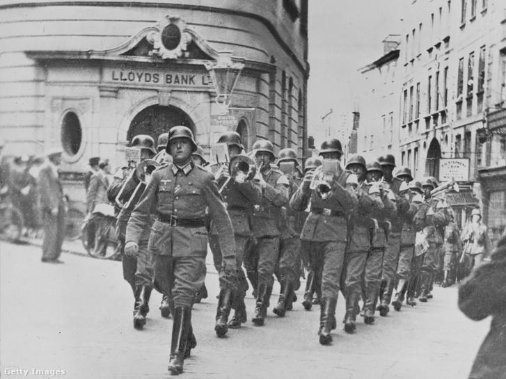 Német katonák masíroznak Guernsey szigetén annak elfoglalása után.