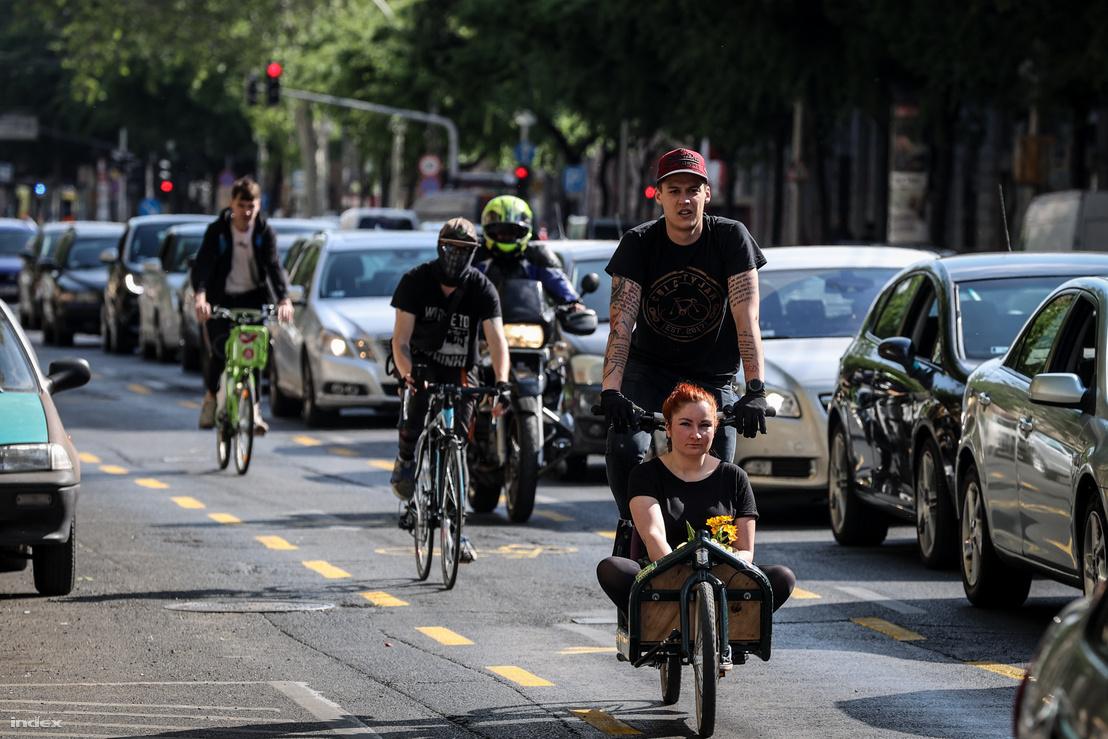 Kerékpárosok az ideiglenes kerékpársávon a budapesti nagykörúton