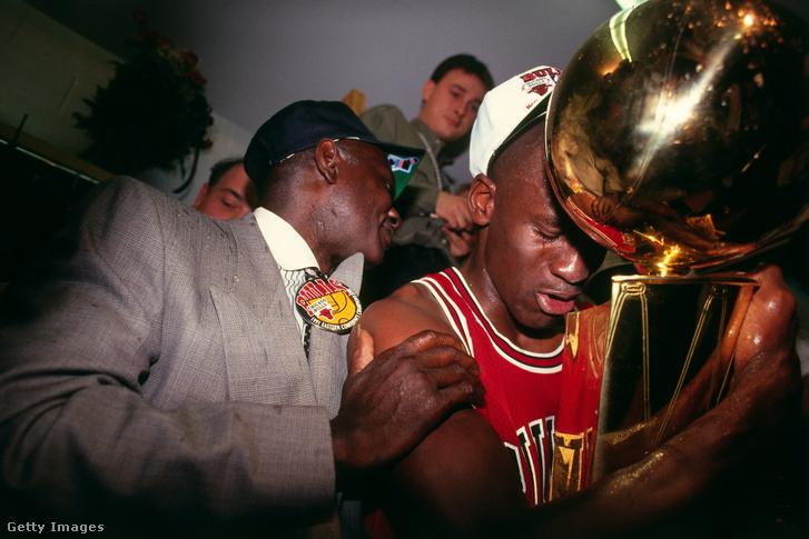 Az első NBA-bajnoki címét ünneplő Michael Jordan, akit apja, James Jordan ölel